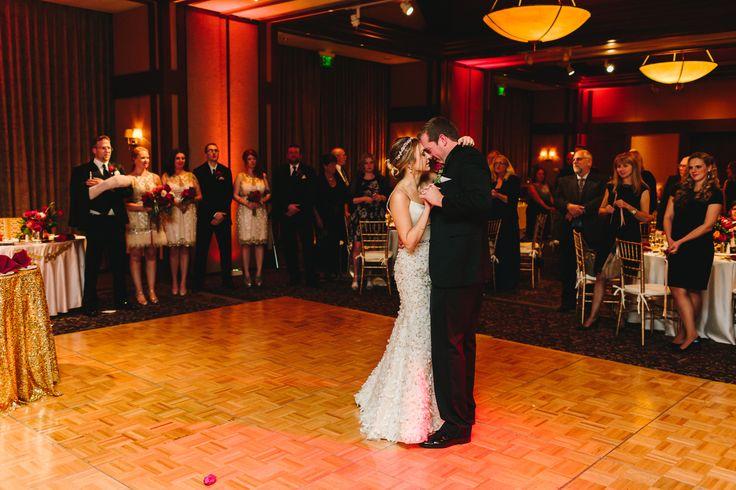 Einer der Höhepunkte jeder Hochzeitsfeier ist es, wenn Braut und Bräutigam zusammen den Hochzeitswalzer tanzen. Dieser besondere Augenblick sollte deshalb im Vorfeld gut durchdacht sein. Welcher Tanz soll es sein – langsamer Walzer oder Wiener Walzer? Welches Lied wird Euch in diesem besonderen Augenblick begleiten?