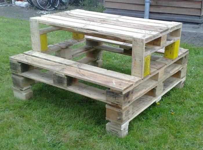 Onze zonnige en groene tuin - Een picknicktafel van pallets........lakje erover en klaar!