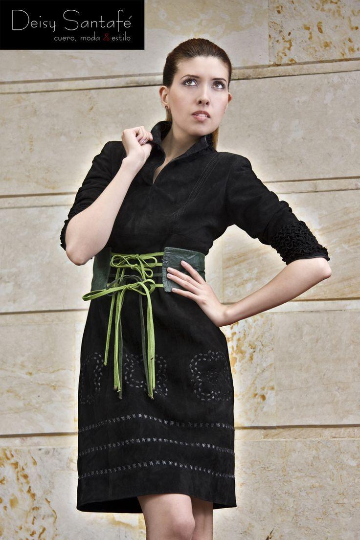 Vestido en gamuza, manga 3/4, perforaciones y tejido parte inferior.