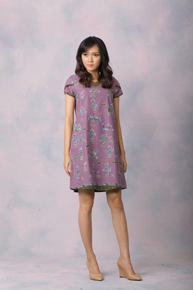 Odette 003 IDR 620.000 A Classic Comfy Cut Full Batik Tulis Sack Dress.  Length of Dress : 90 cm  Material used : (Front) Batik Tulis, Cotton. (Back) Polkadot, Cotton.  Standard zipper length (50-55cm) at the back.  Height of Model : 171 cm