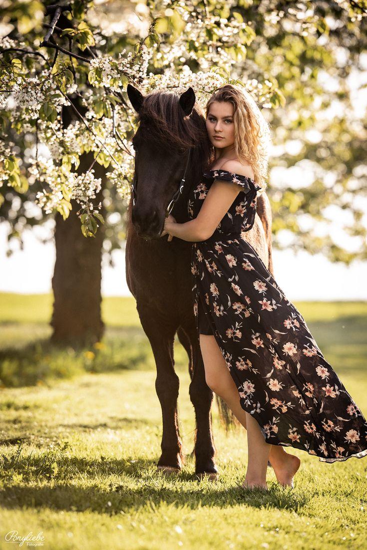 Portrait Pferd und Mensch. Pferdefotografie. Frühling und Sommer. Fotografir mit Kleid.