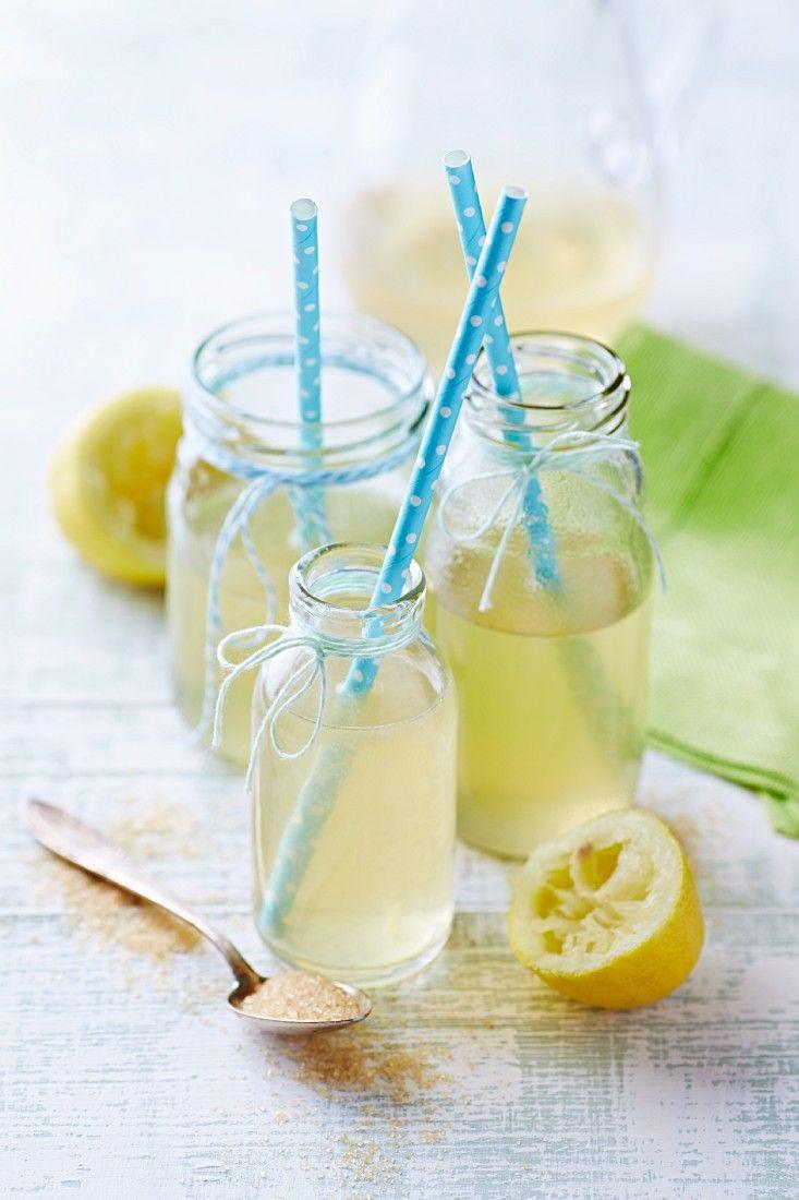 Selbstgemachte Zitronen-Limonade | Zeit: 20 Min. | http://eatsmarter.de/rezepte/selbstgemachte-limonade
