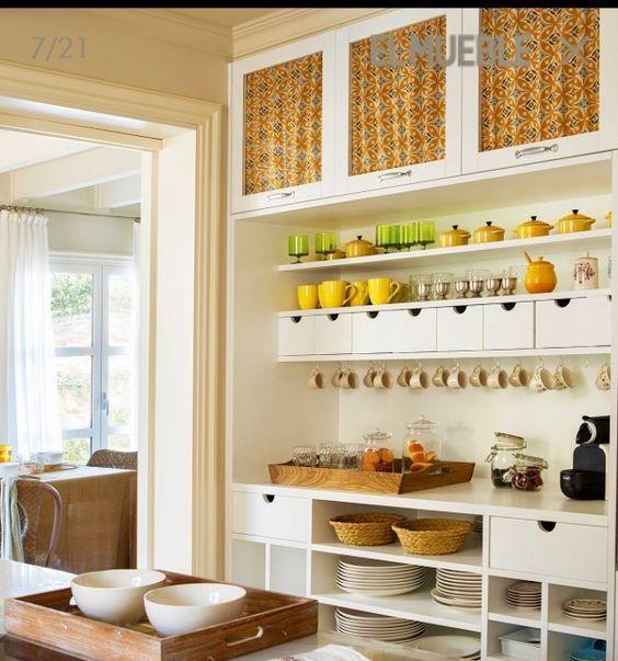 armários de cozinha com cortininhas