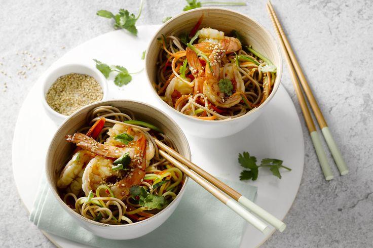 Sobanoedels zijn Japanse boekweitnoedels. Ze zijn lekker voedzaam en vullend. Heerlijk bij de scampi's, ' een Aziatisch sausje en lekker knapperige gr...