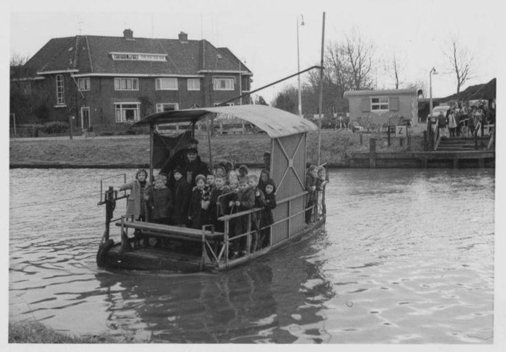 Het scholierenpontje op de Willemsvaart, tussen de Veerallee en Jodendijkje, 1960-1964. Het pontje werd in 1964 uit de vaart genomen vanwege de demping van de Willemsvaart