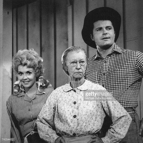 photo-of-beverly-hillbillies-photo-by-michael-ochs-archivesgetty-picture-id74254412 (594×593)