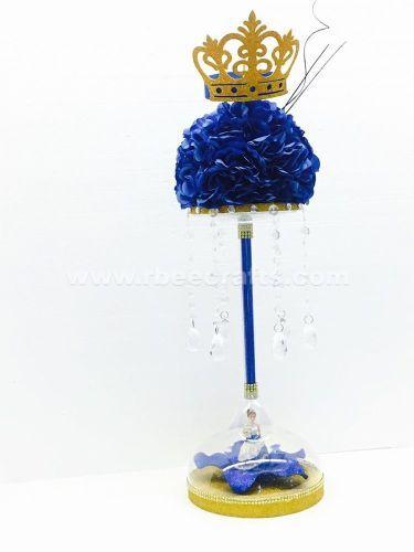 Centro de mesa dorado y azul real con ramo de flores artificiales y corona de fomi para mis quince años de RBee Crafts.