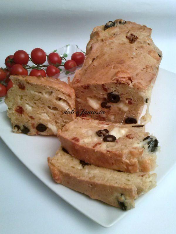 Plumcake farina di cereali pomodori secchi olive nere e mozzarella