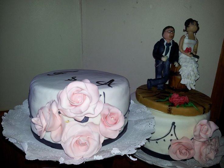 torta de novios delicadamente diseñada con rosas ...