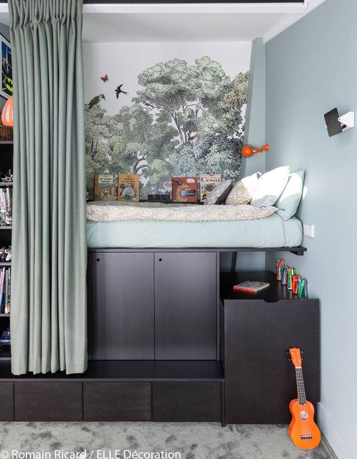 Pas suffisamment de place pour une mezzanine ? Pensez à une estrade pour surélever un lit dans une chambre te ainsi créer des rangements supplémentaires.