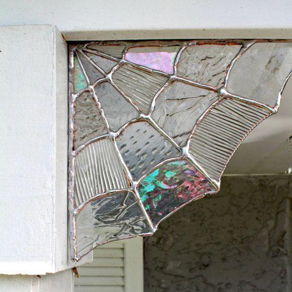 Diese Buntglas-Spiderweb-Ecken sind ein wahrhaft magischer und wunderlicher Deko
