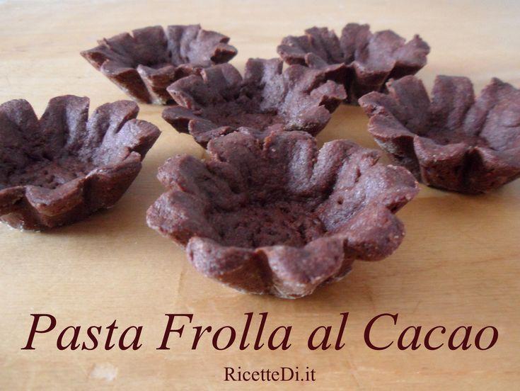 questa pasta frolla al cacao è ottima per fare dei buonissimi biscotti al cacao, oppure delle basi per pasticcini da farcire con creme e mousse a piacere.