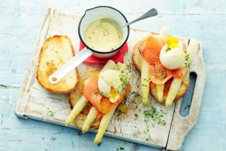 Snelle eggs benedict met asperges en zalm