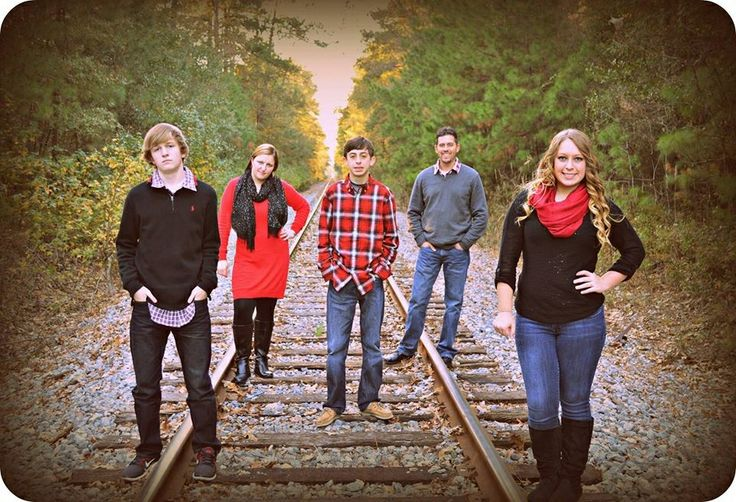 Christmas Family Photo on Railroad Tracks #poolerga #tomtriplettpark