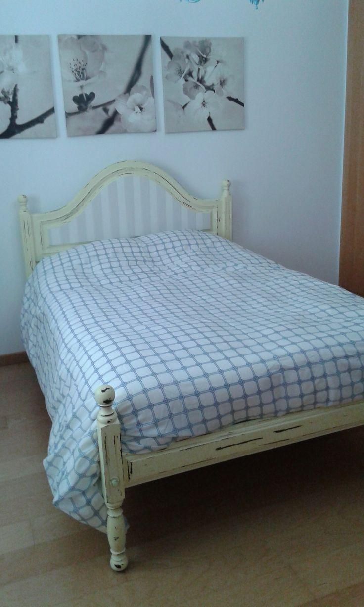 Mixed bed Cama reciclada com pintura envelhecida e aplicação de papel na cabeceira