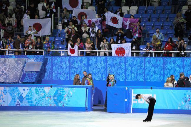 〈ソチオリンピック(男子フリー)〉 日の丸を手に観客の声援にこたえる羽生結弦=山本裕之撮影