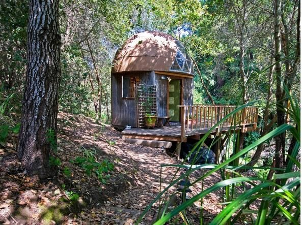 (www.airbnb.it)Si trova nella foresta vicino a Aptos, a nord di Monterey Bay, lontano dal caos californiano. (www.airbnb.it) prevnext (www.airbnb.it) Questa piccola cabina è nascosta in una fitta foresta, all'ombra di grosse querce. Si prenota qui: https://www.airbnb.co.uk/rooms/8357