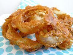 Knapperige uienringen uit de oven! Echt lekker en het is weer eens wat anders dan chips of nootjes.  | http://degezondekok.nl