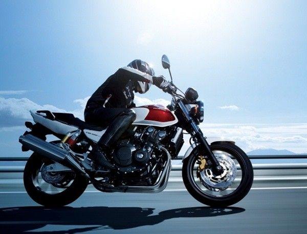 คลาสสิคสไตล์สปอร์ต Honda CB400 SUPER FOUR มาพร้อมดีไซน์สุดหรูและความแรงของเครื่องยนต์ แต่ก็ยังไม่วายมีกลิ่นอายความสปอร์ตเข้ามาผสมผสาน โดยมีราคาประมาณ 170k