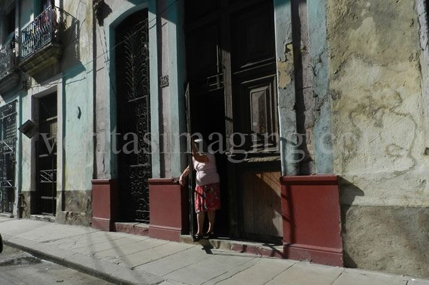 woman-in-a-doorway-old-havana-cuba