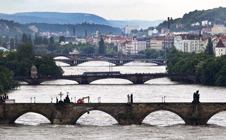 Prague - FLOOD 2013 - Pohled na Karlův most z Letné v pondělí odpoledne (3. června 2013).