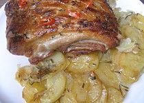 Pikantní bůček pečený nad brambory