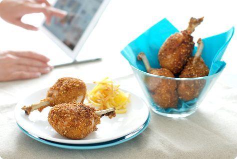 "Receta de jamoncitos de pollo rebozados en kikos o maizitos y copos de maíz, acompañados de patatas fritas cortadas en ""paja""."