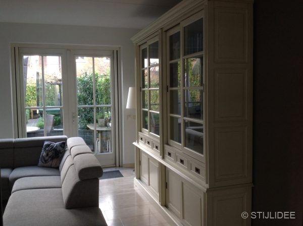 Spiksplinternieuw Binnenkijken in een woonkamer en keuken in modern landelijke KY-86