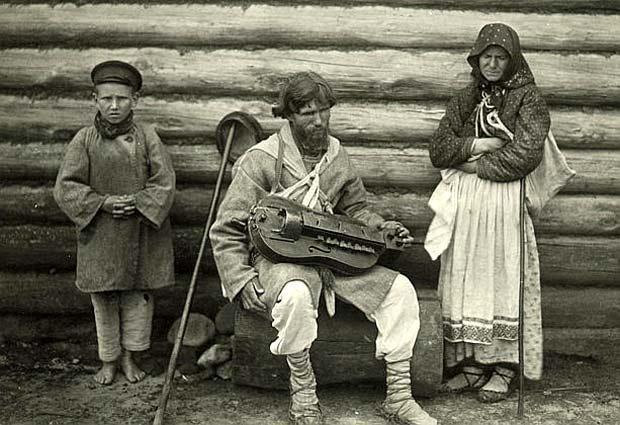 Blinde kobzar (minstrel) with the guide boy. Belorussians. RME photo archive