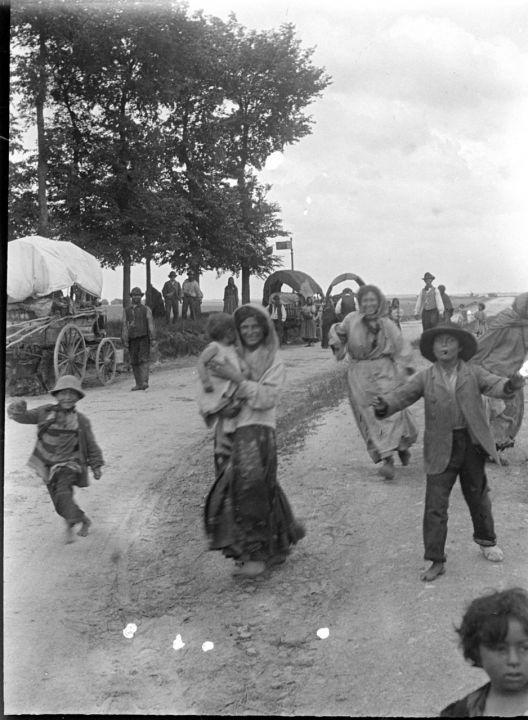 D'autres photos retrouvées dans une benne à ordure en Essonne : Des bohémiens sur le plateau de Saclay
