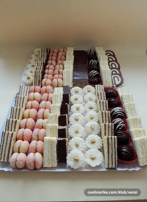 Opet kod mene tacne kolača.... Madarica bijela pita breskvice kokos rolada cokoladne kuglice zarbo kokos korpice