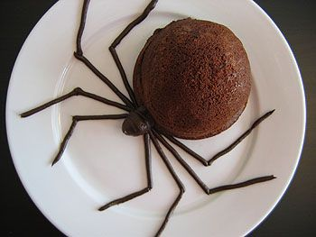 Creepy crawly spider cakes with Pocky candy for legs.Halloween Desserts, Chocolates Cake, Halloween Parties, Chocolates Desserts, Ice Cream, Halloween Treats, Halloween Food, Spooky Halloween, Spiders Cake