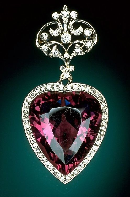 Designed during the Edwardian Period (1901-1915) this brooch features a magnificent 96-carat heart-shaped amethyst surrounded by diamonds. The mounting has a platinum top and yellow gold undercarriage. The filigree top echoes the heart shape with pierced work incorporating a fleur-de-lis motif. Part of the National Gem Collection on display at the Smithsonian National Museum of Natural History in Washington| The Daily Sparkle♥🌸♥