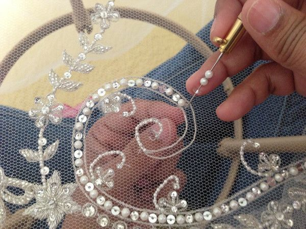 Bordado a mano de velo de novia