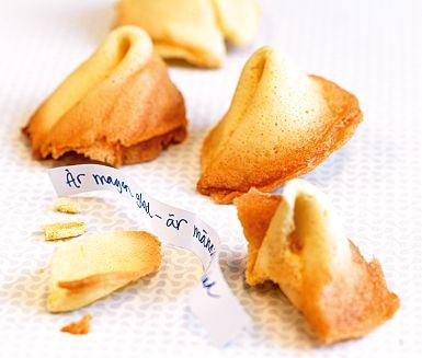 Lagd åt det pyssliga hållet? Överraska fika- eller middagsgästerna med kinesiska lyckokakor! Baka in lappar med visdomsord i kakorna – eller varför inte några klassiska vitsar eller snälla komplimanger.