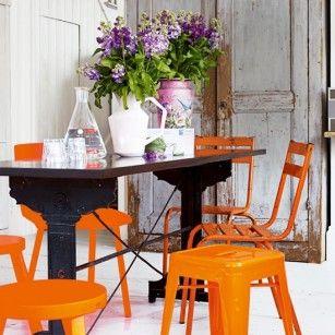 oranje knalstoeltjes.