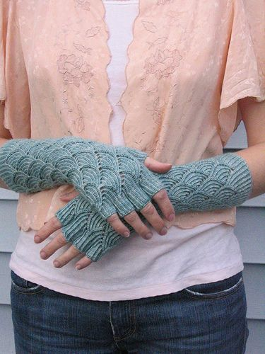 #Mermaid #Gloves #knitting #free_pattern http://www.ravelry.com/patterns/library/mermaid-gloves #fingerless