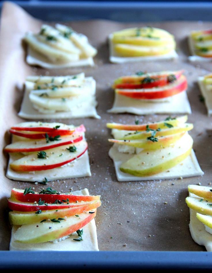 Geitenkaas-appeltaartjes.  Snijd een plakje bladerdeeg in 4 vierkantjes. Leg in het midden van elk deegplakje wat geitenkaas. Bedek de kaas met wat partjes appel (of peer). Bestrijk de appel met een beetje olie en strooi er wat tijm, zout en peper over. Bak de taartjes 20 minuten tot de randen goudbruin zijn. Direct serveren!