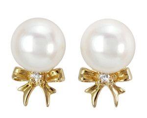 Kolczyki z perłami Akoya ozdobione złotymi kokardami i diamentami - dzięki swojej urokliwej formie będą stanowiły niezapomniany upominek i pomogą wyrazić to, co czasem trudno jest wyrazić słowami. #perły #pearls #kolczyki #earrings #perła #pearl #biżuteria #jewellery #diamonds #akoya #diamenty #złoto #gold #sztyfty #kokarda #cute #sweet