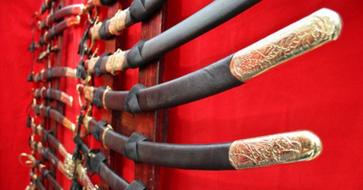 ¿Cuáles son los diferentes tipos de espadas samurái ?. Las espadas samurái fueron creadas para que se sientan como si fueran una extensión del brazo de un guerrero. Aunque ya no se utilizan en la batalla, siguen siendo buscadas como increíbles obras artesanales. La leyenda apunta a que Amakuni Yasutsuna, un herrero en Japón alrededor del año 700 d.C., fue el creador original de esta icónica espada. A ...