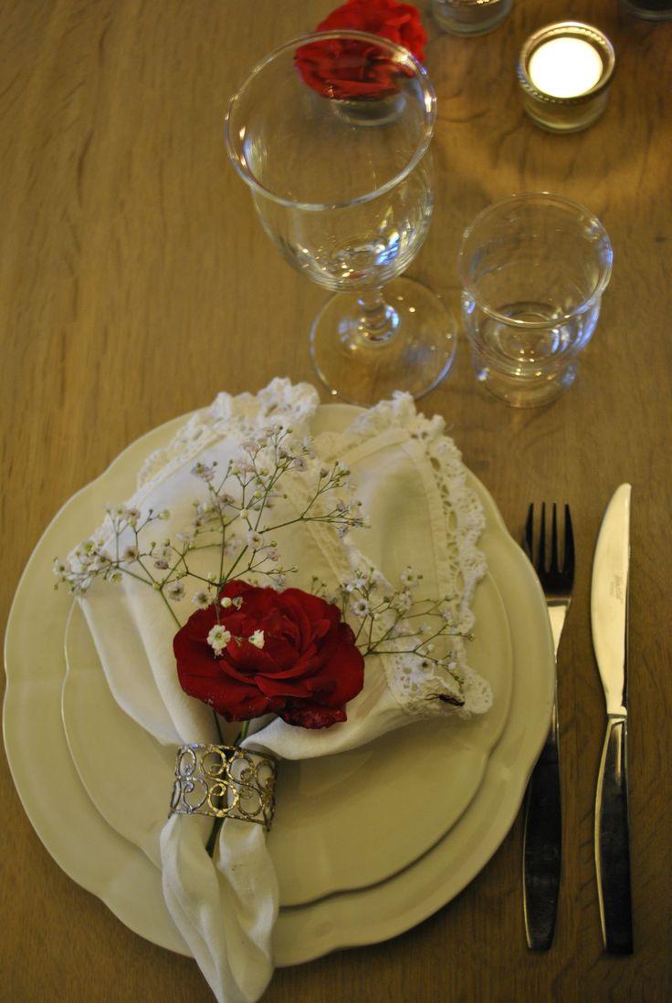 Læg en rose og lidt brudeslør ved servietten - Add a rose and a little bridal veil with the napkin
