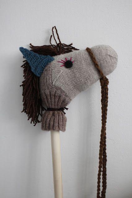 Reutilizando viejos calcetines, con orejas de punto y un palo de madera: caballitos >> BLACKBIRD: OLD SOCKS