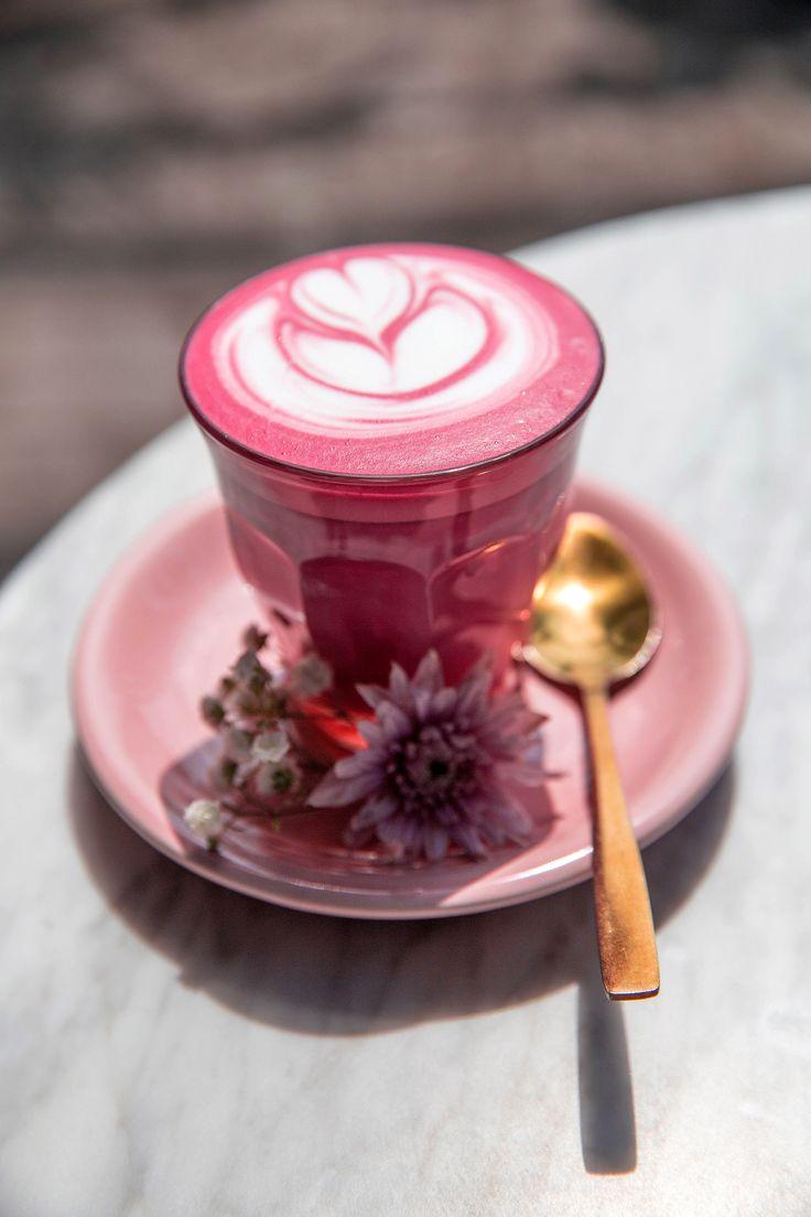 ¿Café rosa? Sí existe y más allá de ser instagrameable es una tendencia saludable que puede disfrutarse frío o caliente. Coffee Latte Art, Coffee Shop, Coffee Time, Morning Coffee, Cafe Makeup, Sweet Cafe, Tapas, Coffee Cupcakes, Smoothies