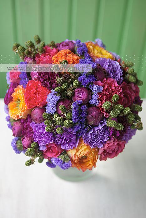 Яркий свадебный букет с малиновыми пионами, оранжевой пионовидной розой, сиреневой гвоздикой и ягодами ежевики