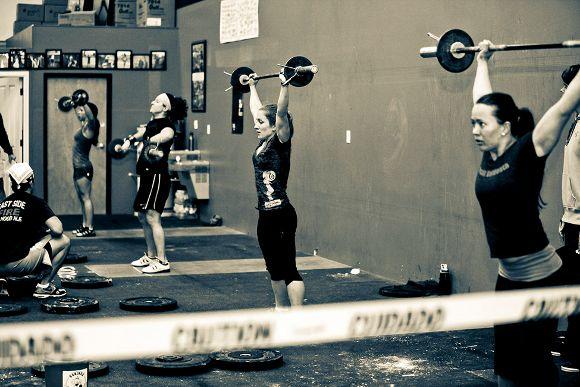Découvez ce qu'est le CrossFit et à quoi ressemble un entraînement type. Qui peut le pratiquer et quels sont ses avantages et ses inconvénients.