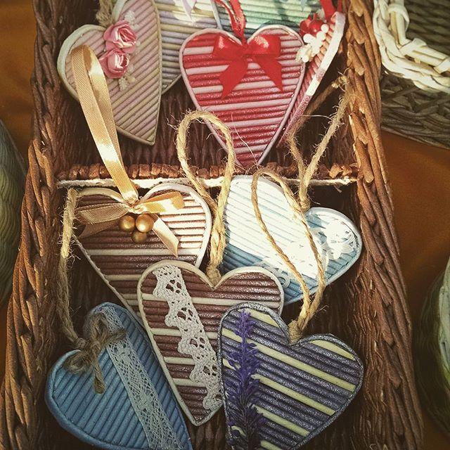 После плетения корзин остается много трубочек разных приятных цветов. Такие сердечки из них получаются. Обычно выставляем их на продажу только когда выходим на ярмарки :) #paperweaving #heart #cute