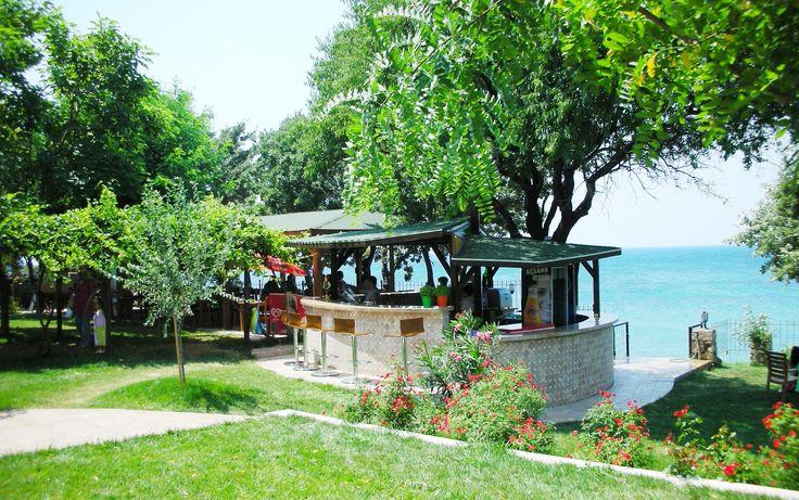 """Troas Beach Hotel -Burayı tanımlamak için tek kelime yeterli: """"Cennet! ...Plajı, yemyeşil Bahçesi, Hamakta Kitap Okuma Zevki, Günbatımını seyrederken, Buz gibi içeceğiniz ile hayatın tadını çıkardığınız, Tavaklı Sahili'nin Tek Yıldızlı Oteli.  Adres: Tavaklı iskelesi Gülpınar Babakale yolu üzeri Ezine /Çanakkale. Çanakkale"""