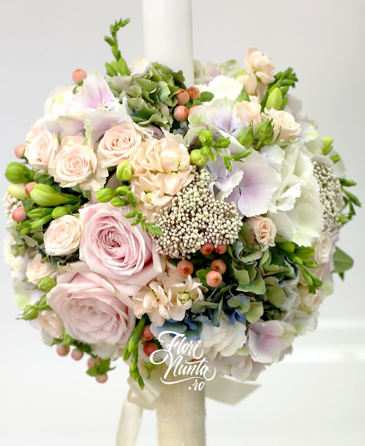 Sweet, aranjament pentru lumanare de nunta, din trandafiri, hortensie alba, hortensie bleu, hortensie roz, hypericum corai, mattiola, frezie alba, miniroze, floare de orez. Wedding arrangement made of blue, pink and white Hydrangea, coral hypericum, mattiola, white freesia, rice flower