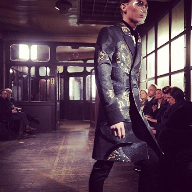 Alexander McQueen Men's AW13 runway   Lite alternativt sätt att ha en catwalk