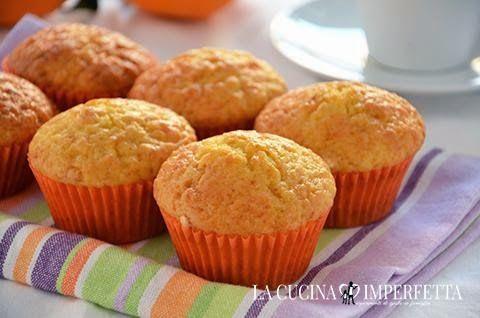 I muffins all'arancia sono dei deliziosi dolcetti soffici da colazione. I muffin all'arancia sono arricchiti da succo d'arancia fresco e buccia d'arancia per una colazione ricca di bontà ed energia.